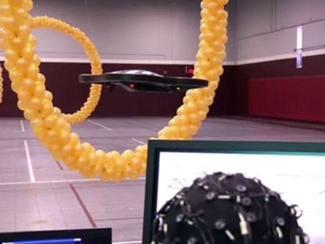 [Vídeo] Moviendo robots voladores con la mente... y sin verlos