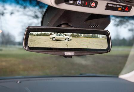 Cadillac quiere cambiar el común retrovisor de espejo por un sistema de cámara y pantalla
