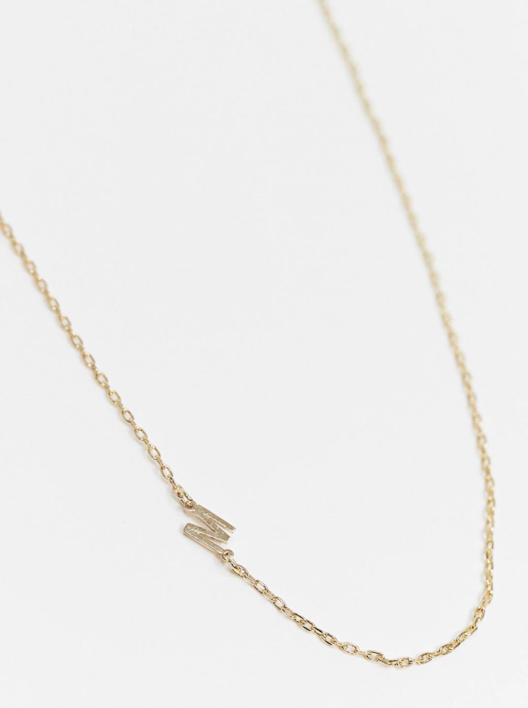 """Collar dorado con colgante de la inicial """"M"""" exclusivo de DesignB London"""