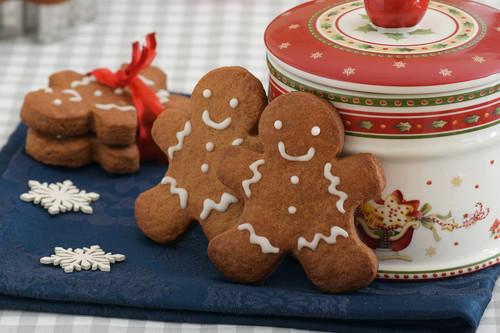 Galletas de hombre de jengibre o gingerbread man: un clásico navideño para decorar, regalar o devorar