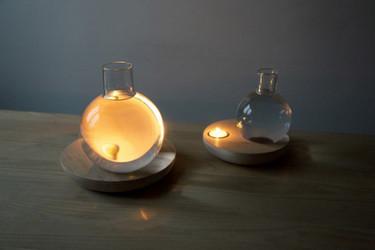 Una curiosa lámpara a partir de una vela y un bote con agua