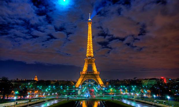 La torre eiffel se adapta a los tiempos actuales generando for Cuando se construyo la torre eiffel