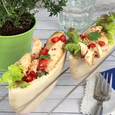Barquetas de pollo con sésamo y granada en pan de pita, receta de aprovechamiento