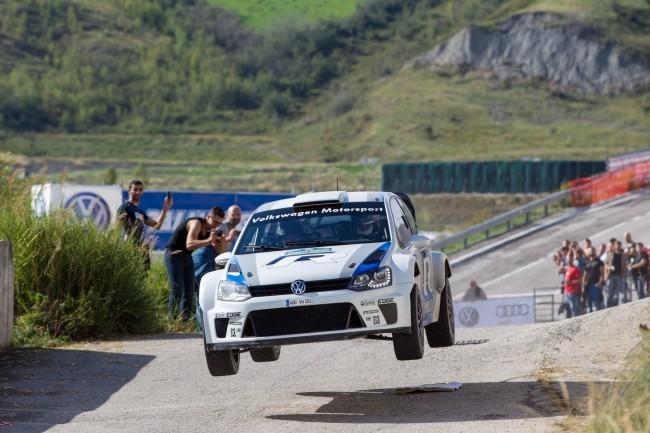 Carlos Sainz al volante de la versión 0 del Volkswagen Polo R WRC