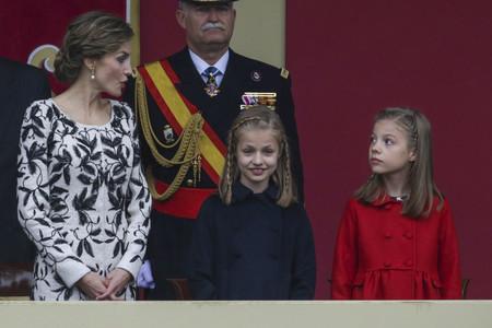 Doña Letizia muy floreada de Felipe Varela en el Día de la Fiesta Nacional