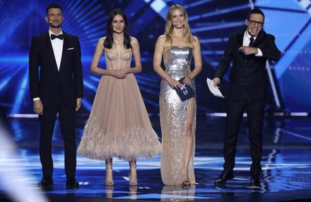 Bar Refaeli se estrena como presentadora en Eurovisión con dos vestidazos que ponen el listón muy alto