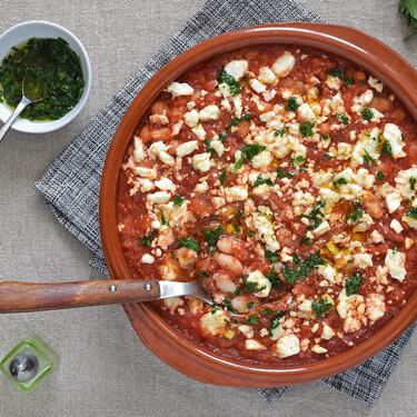 Alubias blancas al horno con salsa de tomate, cuscús y queso feta: receta de inspiración griega