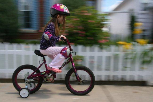 Niña Feliz Andar En Bicicleta: Niños En Bici, Siempre Con Casco