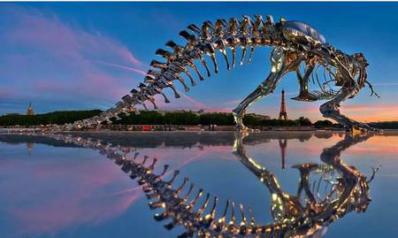 Un Tiranosaurio Rex de aluminio cromado asola las orillas del Sena