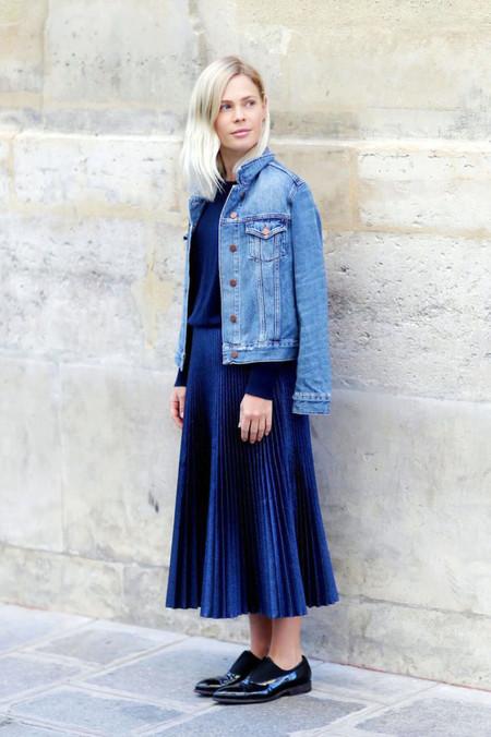 falda midi chaqueta denim vaqueros street style