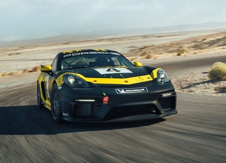 El Porsche 718 Cayman GT4 Clubsport se viste con lino y cáñamo para triunfar en la pista