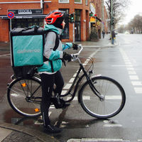 Uber quiere comprar Deliveroo, según Bloomberg