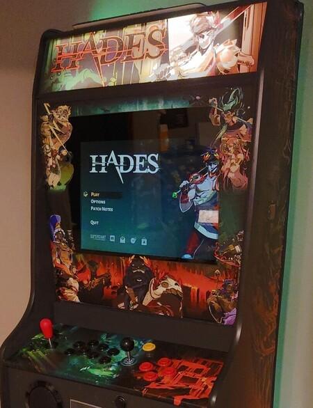 Un ser de luz ha creado una máquina arcade con la que jugar a Hades y necesitamos tenerla en nuestro salón inmediatamente