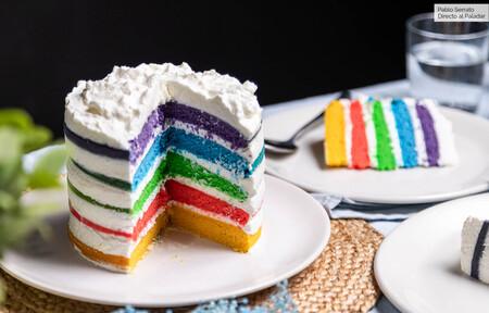 Tarta arcoíris o rainbow cake: receta de un clásico de la repostería norteamericana (con vídeo incluido)