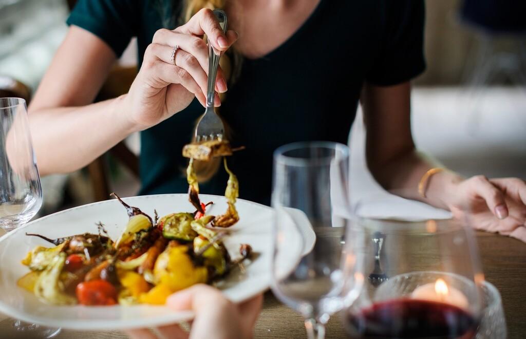 Por qué y cómo evitar las distracciones al momento de comer si quieres perder peso