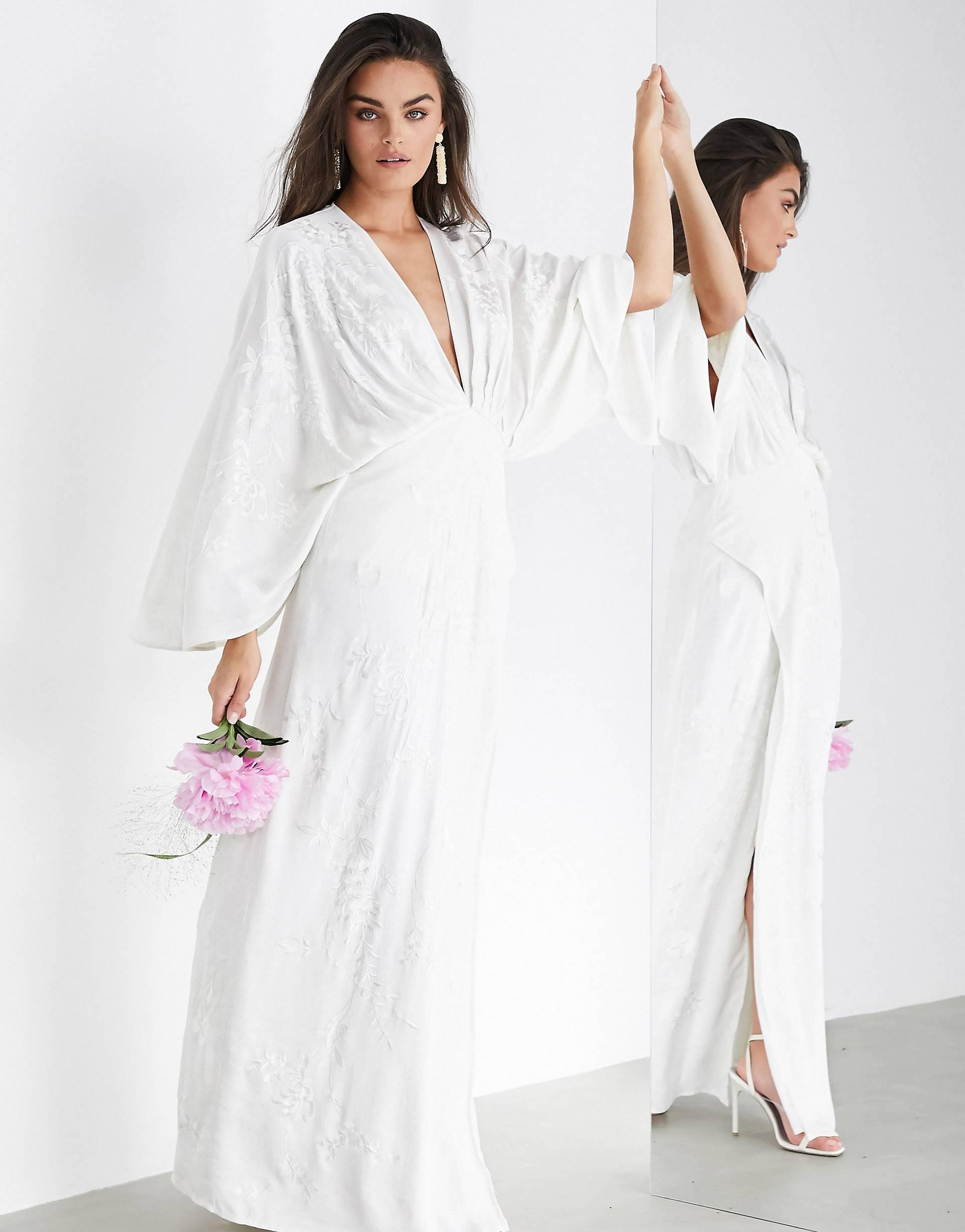 Vestido de boda estilo kimono en satén con bordado.