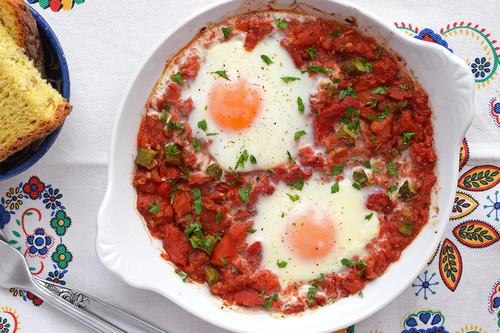 Huevos al horno con salsa de tomate y pimiento asado: receta saludable fácil y rápida