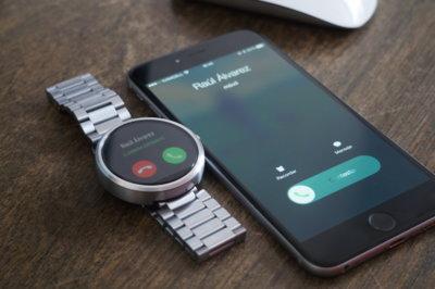 ¿Conectar un reloj Android Wear a un iPhone? Aquí te explicamos cómo hacerlo