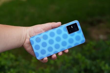 """vivo S10 es el primer smartphone del mundo que """"cambia de color"""" como camaleón: así se ve en acción su efecto fotocromático"""