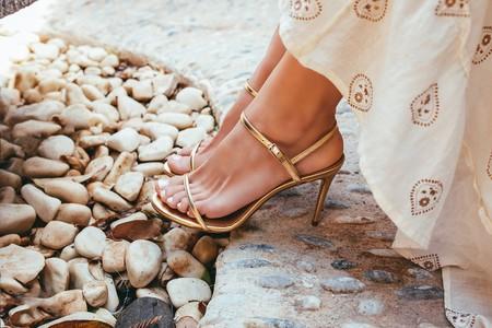 Cómo combinar unas sandalias doradas y triunfar en una fiesta, en el trabajo y con los street-style más casual
