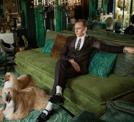 A nadie le sientan tan bien los trajes de Gucci como a Tom Hiddleston en la última campaña de la firma