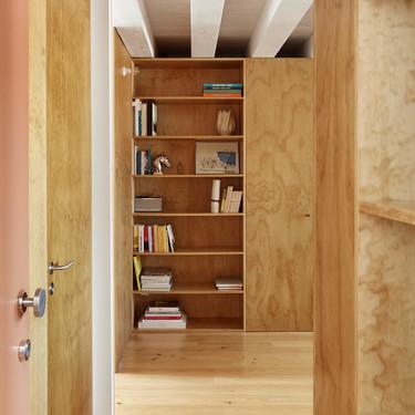 En la reforma de este piso se apostó por la madera para separar los usos y organizar la circulación