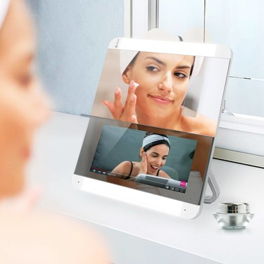 Este espejo inteligente es capaz de reproducir tutoriales, analizar tu piel, dar consejos y recomendar productos personalizados