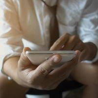 Nos pasamos tanto tiempo leyendo el móvil en el retrete que una empresa ha creado uno más incómodo para evitarlo