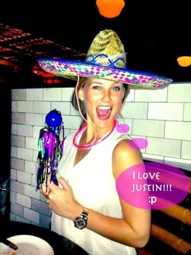 Bar Refaeli se casará con Justin Bieber... ¡Festival del humor!