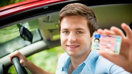 Joven con carnet de con conducir