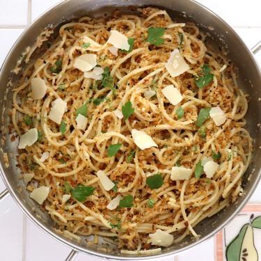 La receta más original y sabrosa de espaguetis con salsa de ajo, panko tostado, parmesano y anchoas