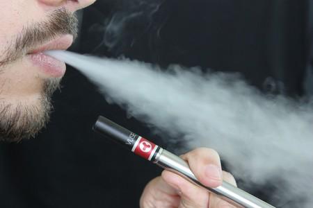 Se reporta la primera muerte relacionada con el cigarrillo electrónico mientras la cifra de hospitalizados llega a 193