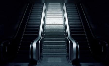 Prohibido subir a pie por las escaleras mecánicas de metro: mejor ocuparlas por completo