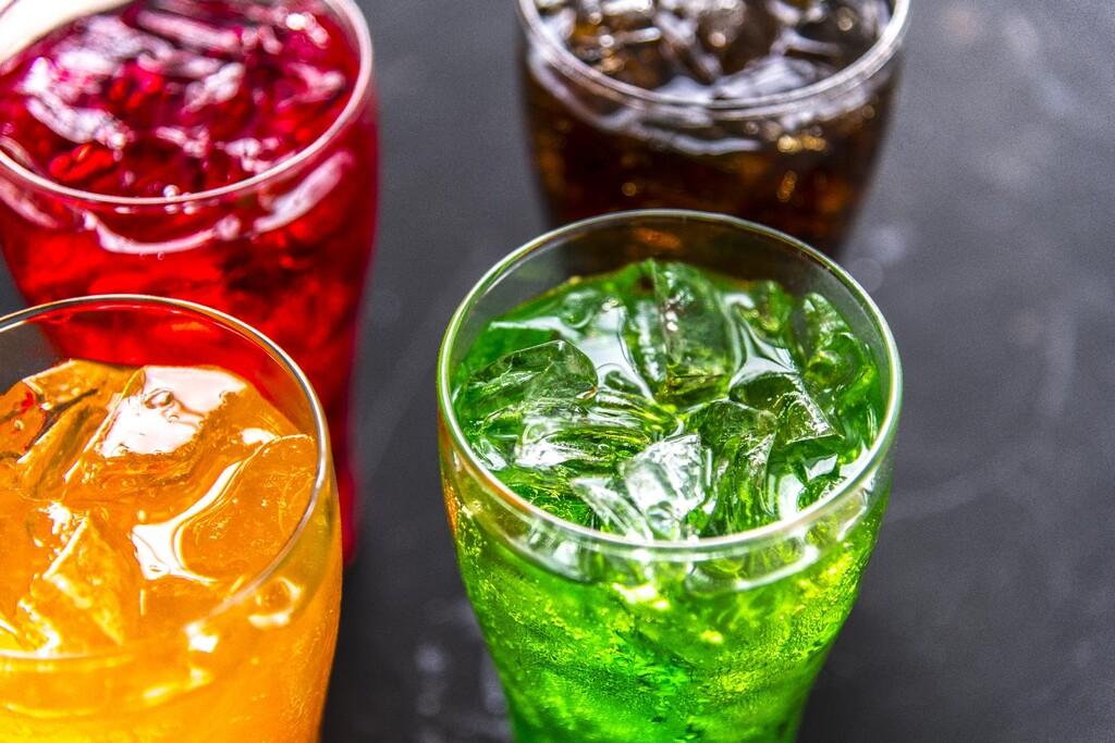 El consumo de bebidas dulces, incluidos zumos y opciones con edulcorantes, incrementa el riesgo de cáncer, según el último estudio