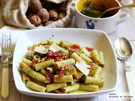 Macarrones integrales al pesto con jamón ibérico y nueces, receta de pasta con aroma intenso