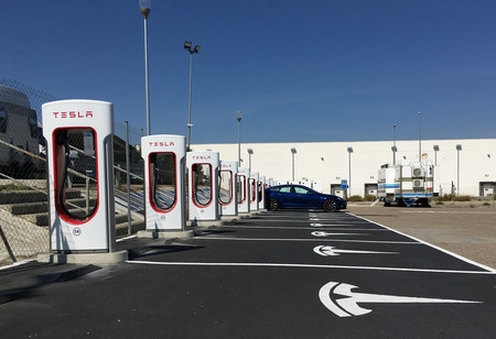 Tesla ya tiene 15 estaciones de supercargadores en España