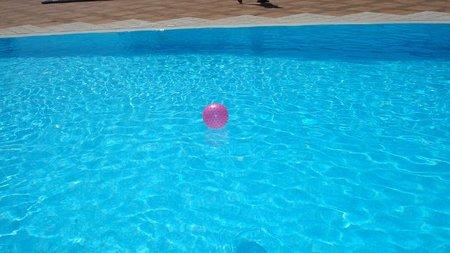 Pelota en la piscina - cosciansky.