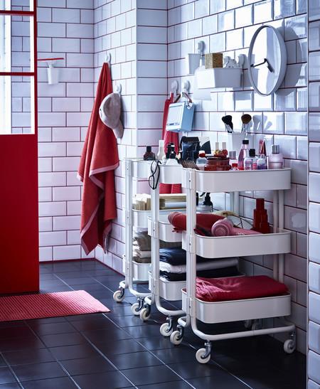 Baño blanco y rojo IKEA 2020