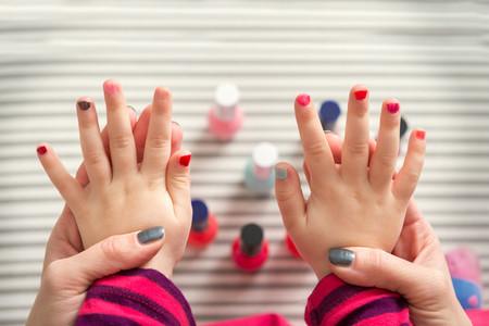 """Un padre habla de la """"masculinidad tóxica"""", después de que su hijo sufriera bullying por pintarse las uñas"""