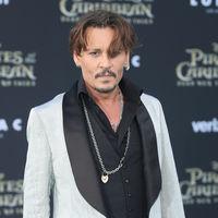 Vistiendo de Tom Ford y muy a su estilo, Johhny Depp en la red carpet de 'Piratas del Caribe'