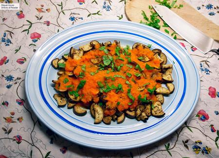 Berenjenas con pasta de tomate picante: receta vegetariana rápida y saludable