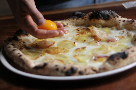 Yema De Huevo Patata Asada Panceta Una Suerte De Carbonara Convertida En Pizza