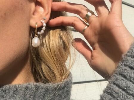 Nueve pendientes de perlas minimalistas y preciosos para llevar solos o combinar si tienes las orejas llenas de piercings