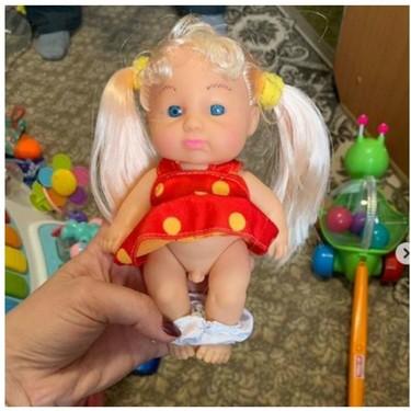 Una muñeca vestida con ropa de mujer y genitales masculinos, siembra la polémica en redes sociales