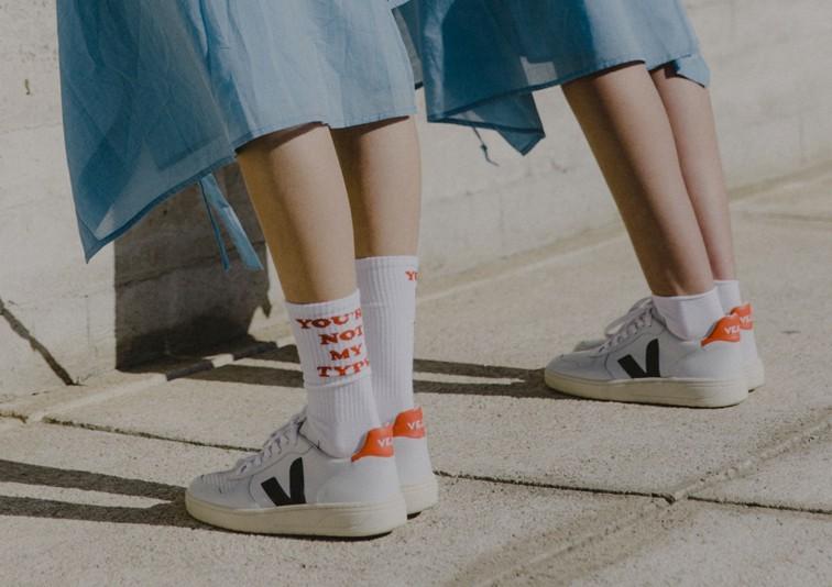 jugador cigarrillo Educación escolar  Toma nota: las zapatillas indies Veja V-10 son el nuevo must have (y Emma  Watson ya las luce)