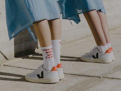 Toma nota: las zapatillas indies Veja V-10 son el nuevo must have (y Emma Watson ya las luce)