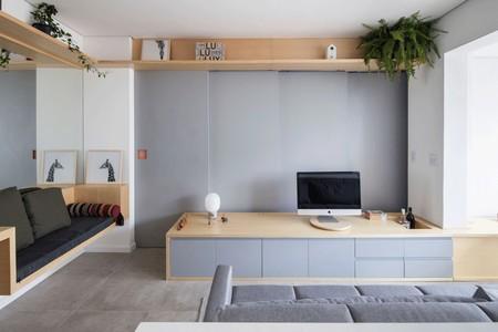 Una casa de 38 m2 muy bien resuelta, gracias a un gran panel de obra y un espejo mural