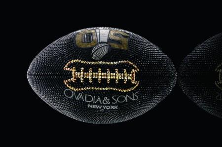 Diseñadores norteamericanos intervienen balones de la NFL para darle un giro muy cool