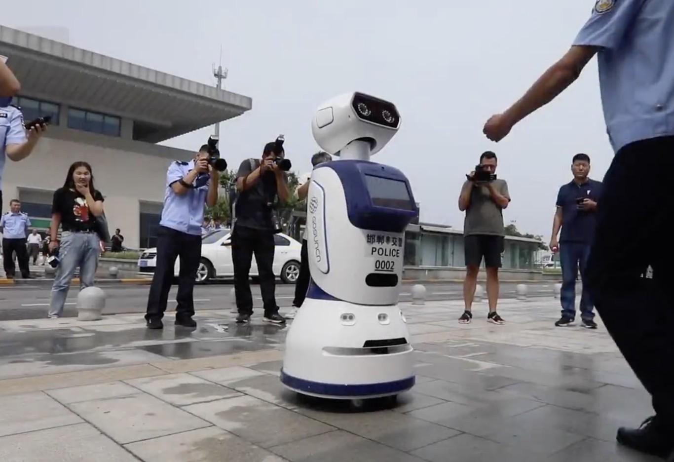 China ya tiene robots equipados con cámaras e IA patrullando las calles y controlando el tráfico de las ciudades