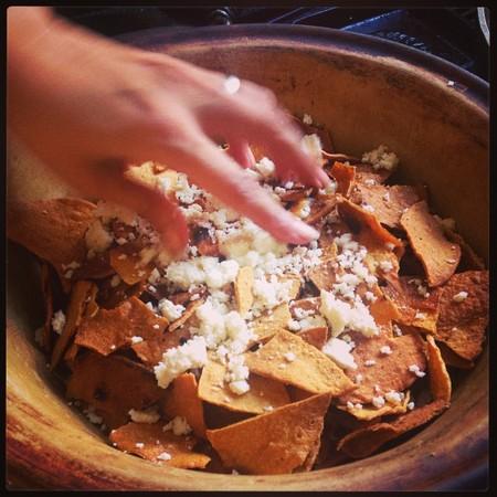 Chilaquiles En Salsa De Tres Chiles Receta Facil Para El Desayuno Comida O Cena
